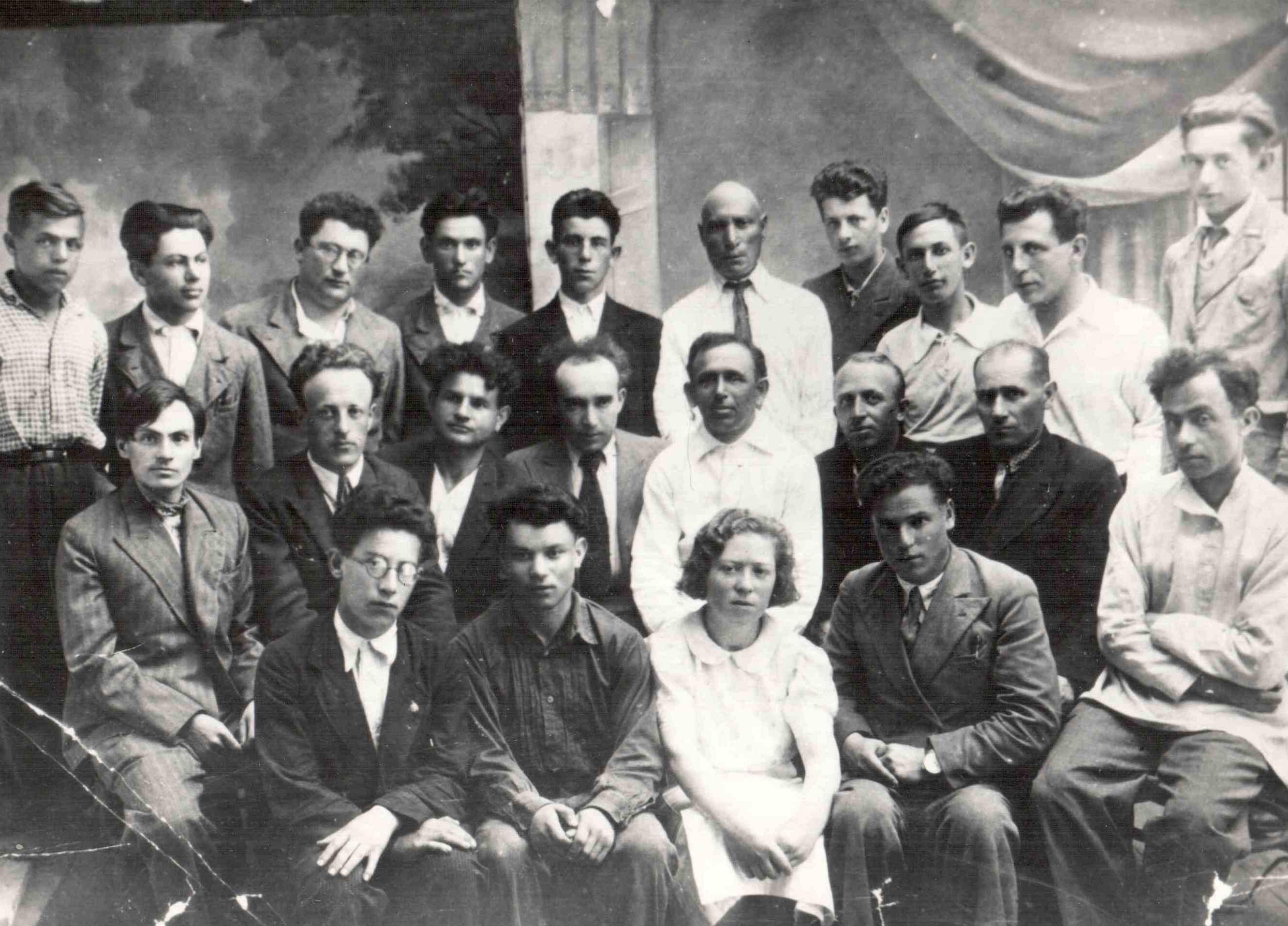 Э. Г. Казакевич крайний слева впервом ряду.  <br>